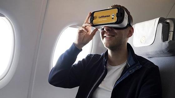 Mit der VR-Brille auf der Nase könnten Lufthansa-Passagiere in Zukunft während des Flugs virtuelle Rundumblicke auf die darunter liegenden Landschaften genießen.