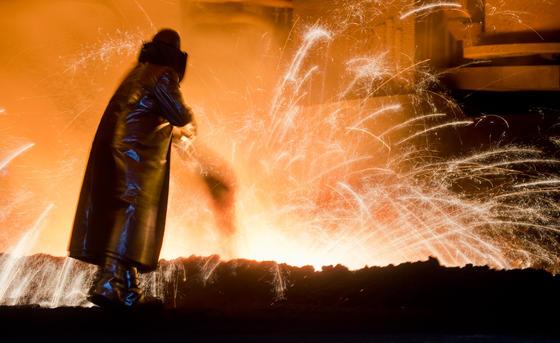 Stahlherstellung bei Salzgitter: Ein internationales Forscherteam hat jetzt eine Stahllegierung entwickelt, die sich an der Struktur des menschlichen Knochens orientiert. Dadurch wollen die Ingenieure Ermüdungsbrüche verhindern. Ein gebrochener Radreifen hatte zur Zugkatastrophe von Eschede geführt.