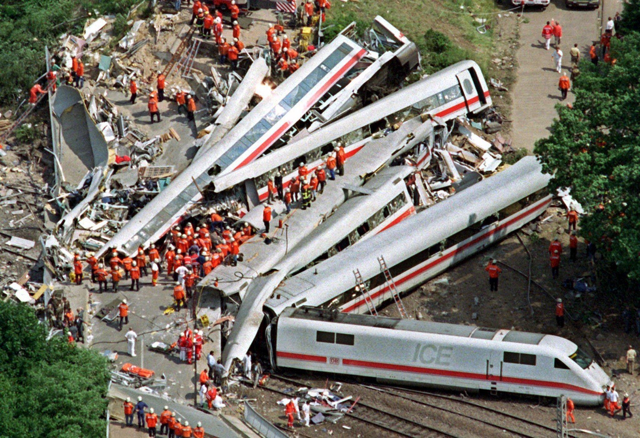 Das Unglück in Eschede war das schwerste Bahnunglück der Nachkriegsgeschichte: Am 3. Juni 1998 raste der Intercity-Express 884 dort mit 200 km/h gegen eine Betonbrücke und entgleiste. 101 Menschen kamen ums Leben. Unfallursache war ein gebrochenes Rad.