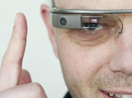 Ein Besucher testet am 24.04.2013 in Berlin bei der Messe der Digitalwirtschaft ´NEXT Berlin 2013» die Google Glass Datenbrille.