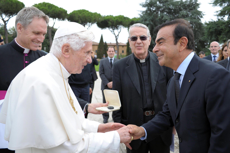 Renault Nissan-Chef Carlos Ghosn im September 2012 bei Papst Benedikt: Ghosn soll schon länger von den Abgasmanipulationen bei Renault gewusst haben. Das werfen ihm französische Ermittler vor.