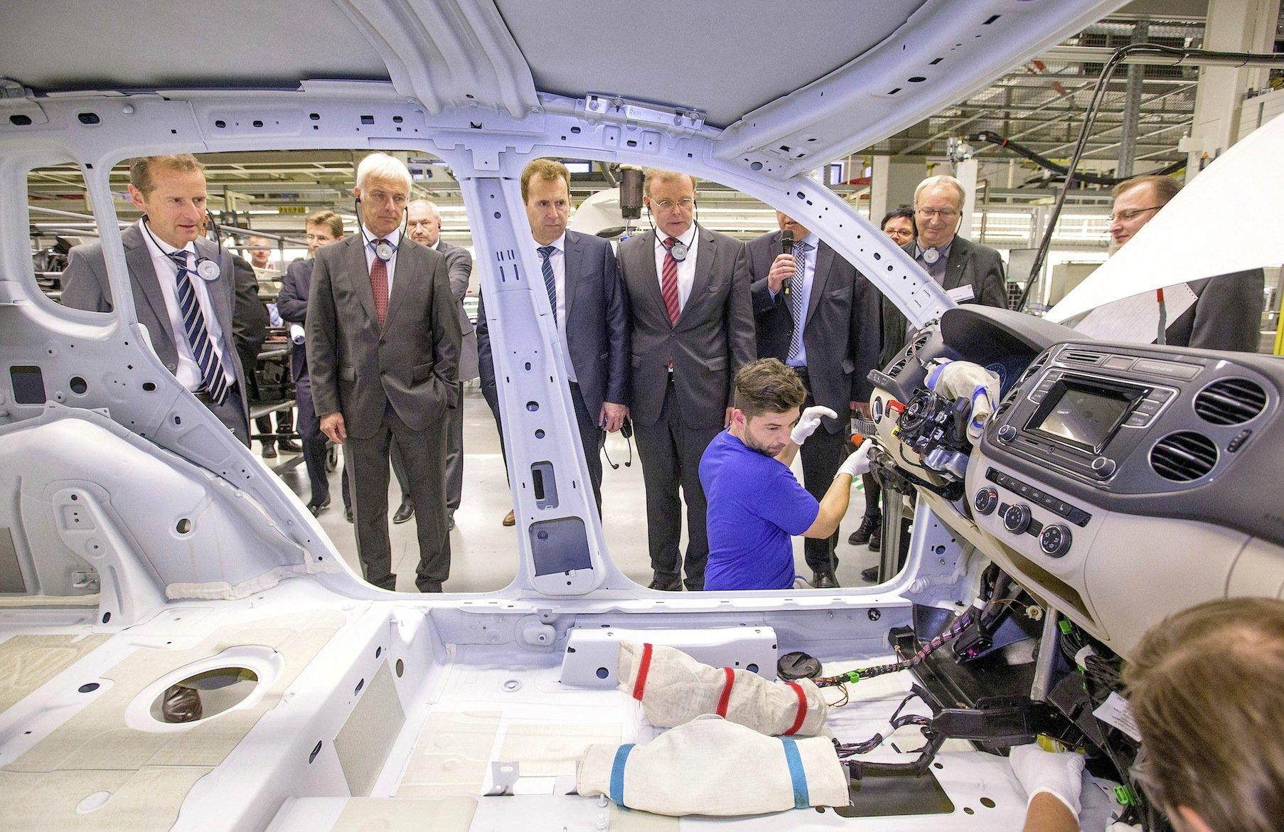 Top-Manager von VW wie Konzern-Chef Matthias Müller (2.v.l.) wollen künftig bei den Verbrauchsangaben weniger schummeln und bei Verbrauchstests die gesetzlichen Möglichkeiten nicht mehr voll auschöpfen.