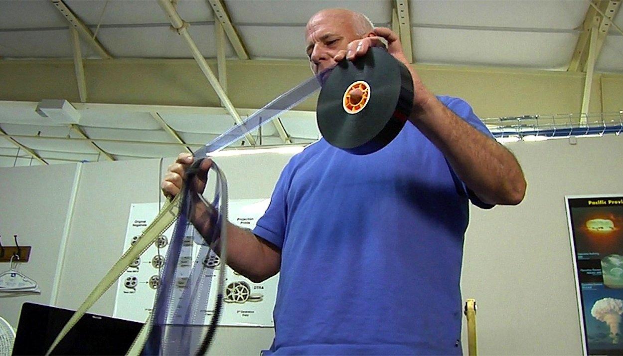 Filmexperte Jim Moye mit einem analogen Film eines Atombombentests der USA. Mit einem speziellen Hollywood-Scanner haben Forscher jetzt hochauflösende Analogfilme digitalisiert.