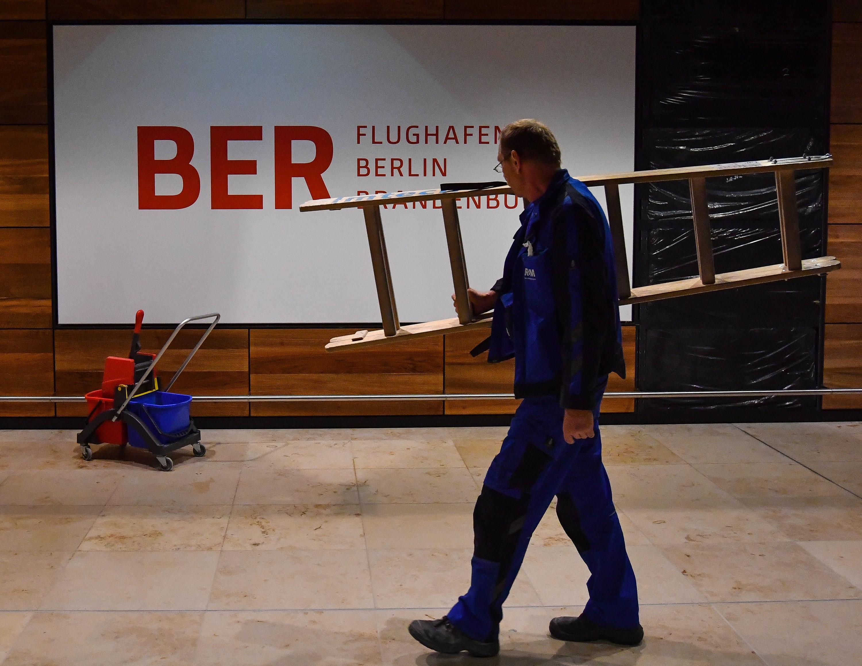 Je wichtiger Bauprojekte für die Infrastruktur sind, desto schwerer wiegen die Folgen ihrer Verzögerungen - so wie beim Flughafen BER.