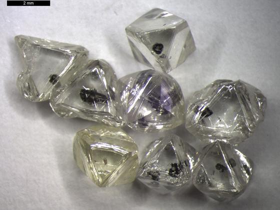 Unverarbeitete Diamanten aus Botsuana mit Einschlüssen: Das Wachstum natürlicher Diamanten kann Milliarden Jahre währen.