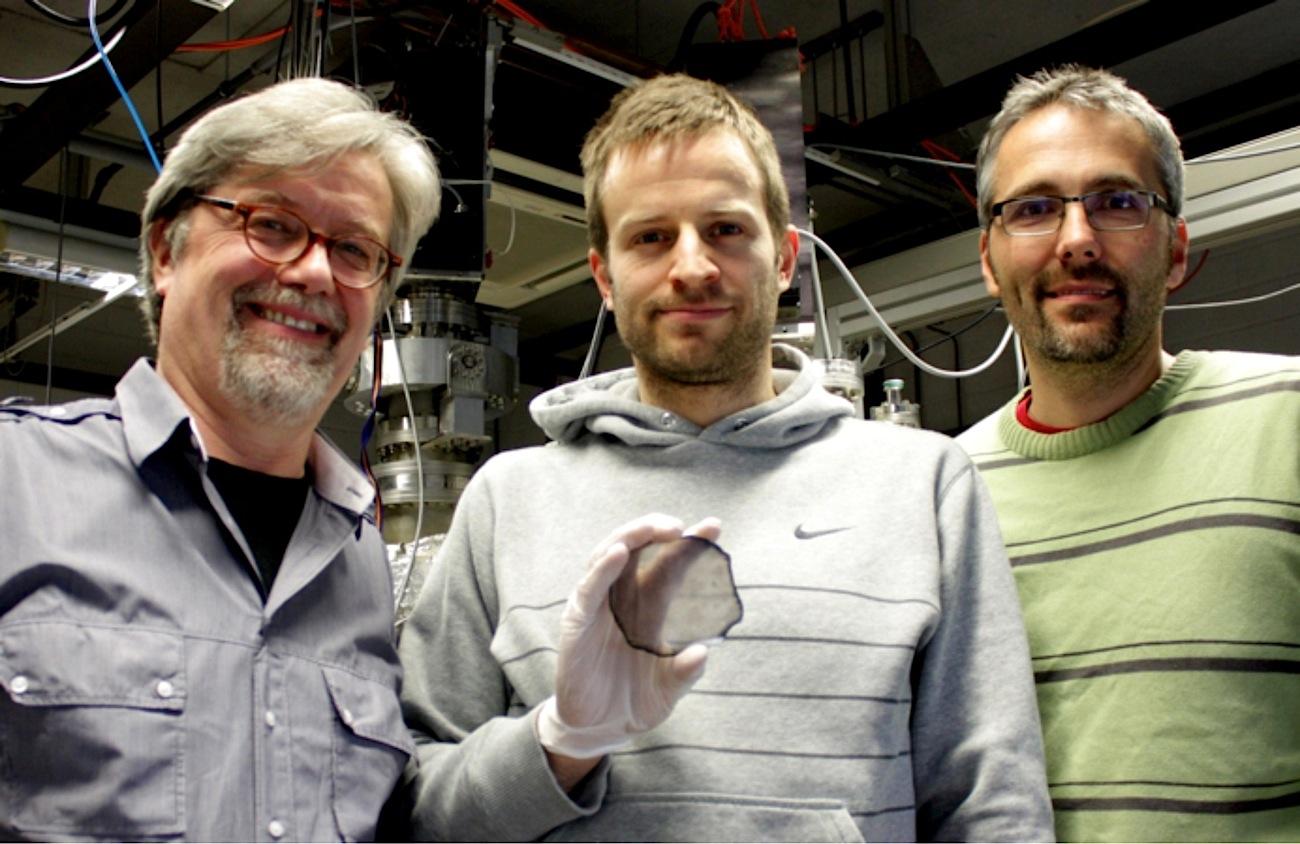 Dr.Matthias Schreck, Dr. Martin Fischer und Dr. Stefan Gsell(v.l.) mit ihrer einkristallinen Diamantscheibe. Die Grauschattierungen resultieren überwiegend aus der noch nicht entfernten Keimbildungsschicht.