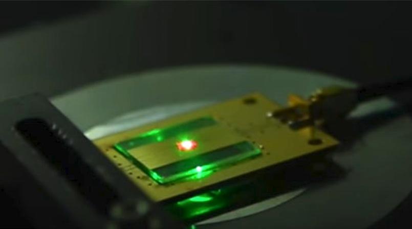Der kleine rosa Punkt auf dem Bild ist ein Diamant. Er dient als Gehäuse für den nur zwei Atome großen Radioempfänger.