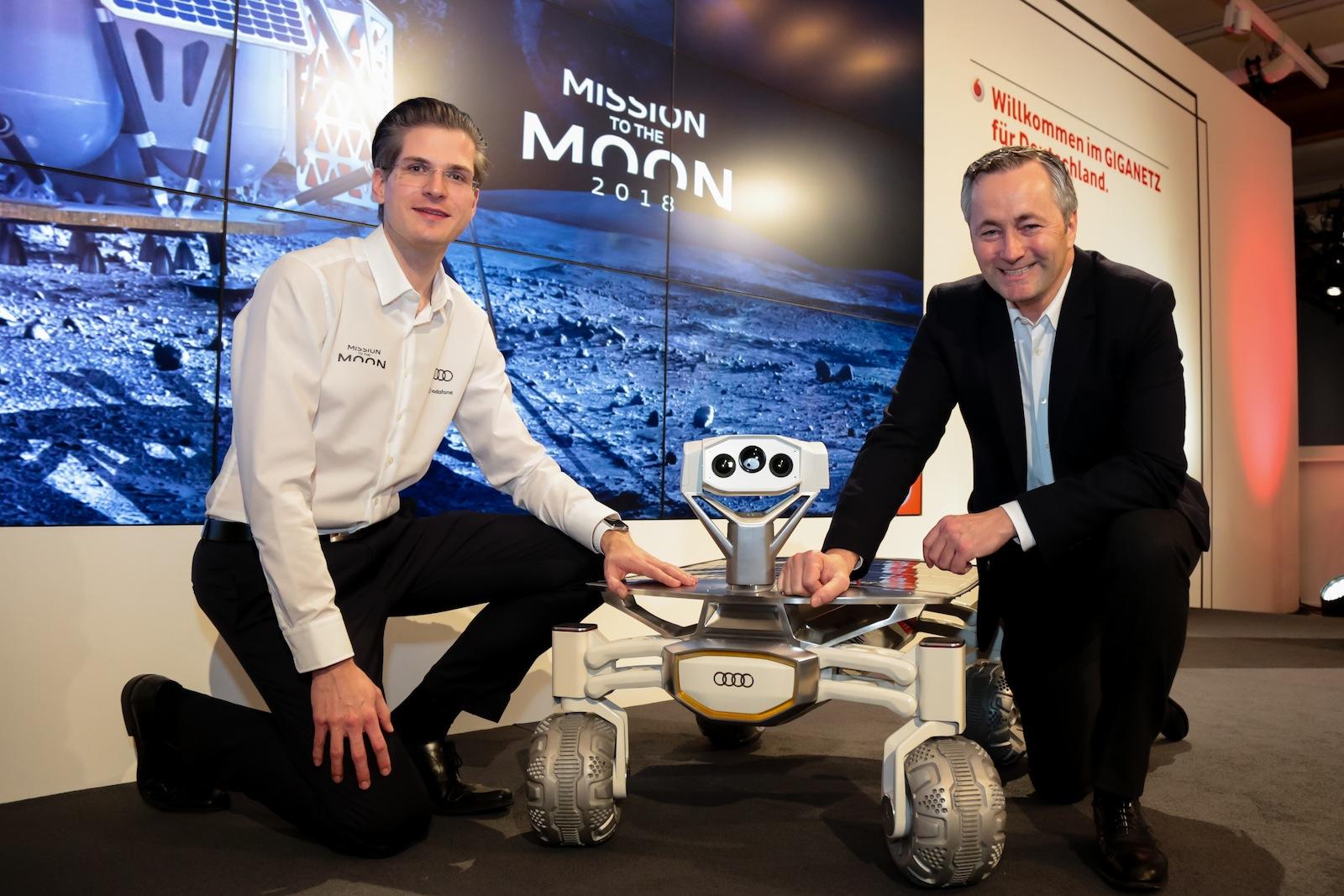 Robert Böhme (li.), Chef des Start-ups Part Time Scientists stellt auf der CeBIT 2017 gemeinsam mit Vodafone Deutschlandchef Hannes Ametsreiter das Projekt