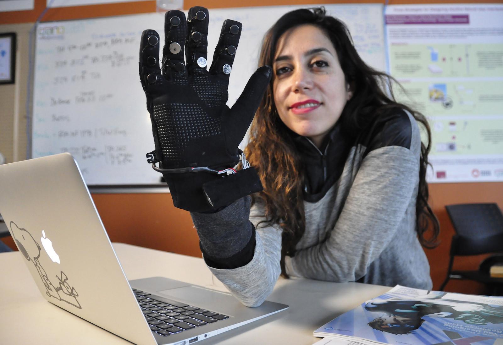 Der Flex-N-Feel-Handschuh ist mit Sensoren ausgestattet. Ob sie tatsächlich den Partner näher bringen?