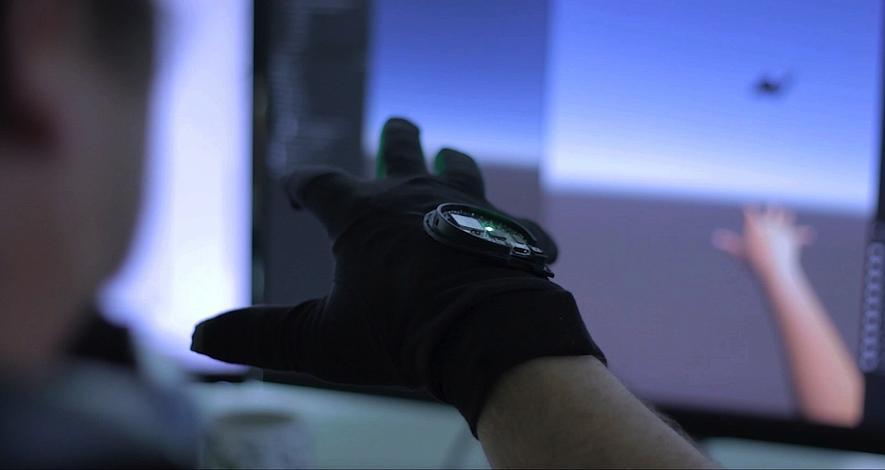 VR-Handschuh Gloveone: Der Träger kann Gegenstände in der Virtuellen Realität anfassen. Kleine Motoren erzeugen über Schwingungen ein haptisches Feedback.
