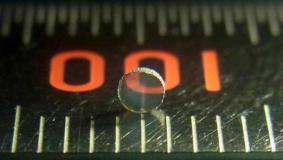 Ist superhart und hält große Hitze aus: Das erste durchsichtige Werkstück aus Siliziumnitrid ist etwazwei Millimeter groß und wurde am Deutschen Elektronen-Synchrotron Desy produziert.