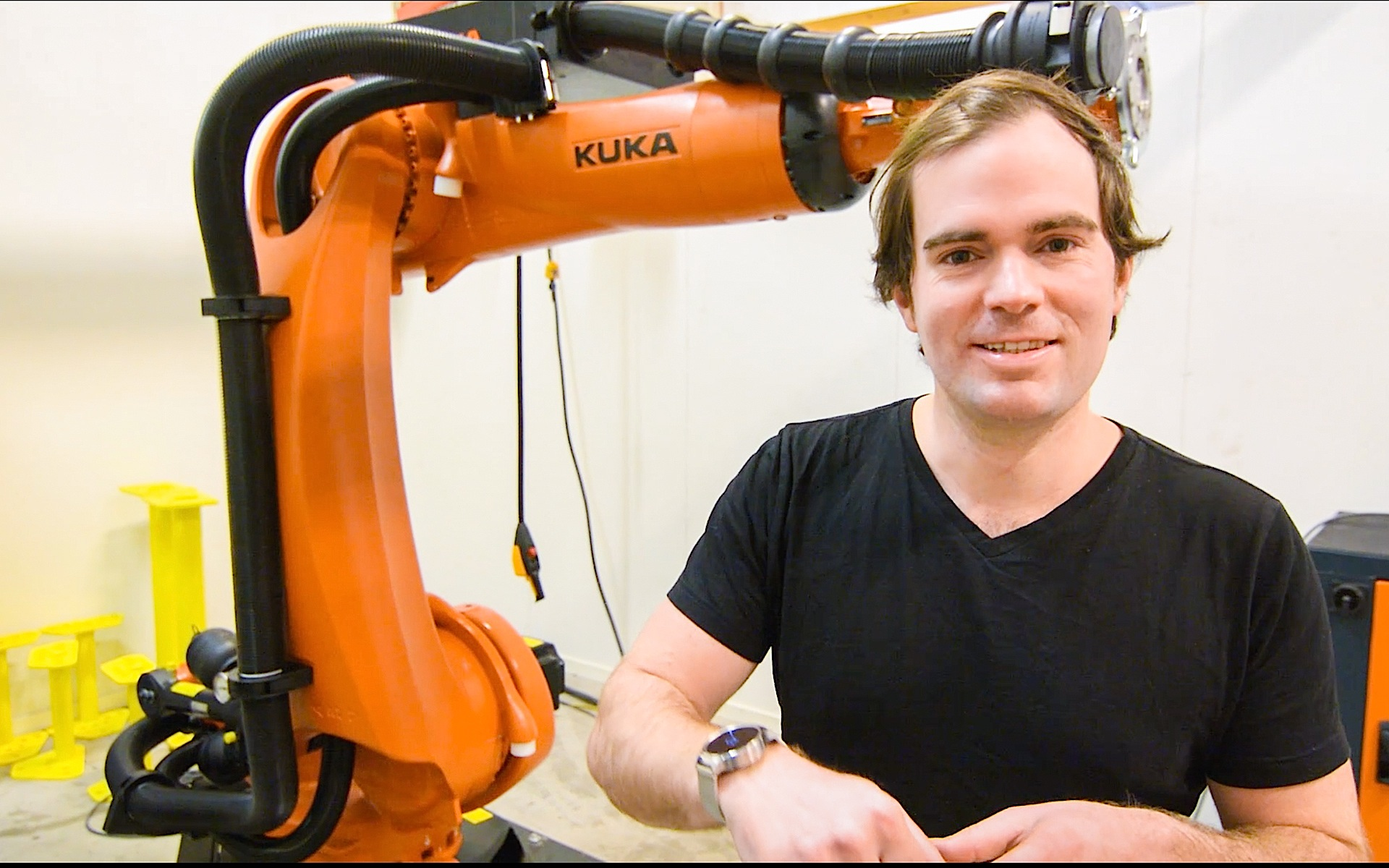 Uniti-UnternehmenschefLewis Horne vor einem Kuka-Roboter: Das schwedische Start-up Uniti plant eine vollautomatische Autoproduktion.
