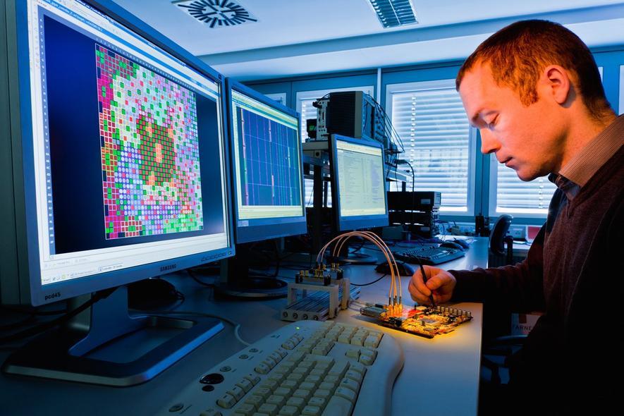 Kabel sind nur im Weg, WLAN ist zu uneffizient. Weil die Industrie immer mehr Prozesse vernetzt, arbeiten Forscher an neuen Übertagungswegen für große Datenmengen. Auch das Dresdener Fraunhofer-Institut für Photonische Mikrosysteme (IPMS) setzt dabei auf infrarote Lichtwellen.