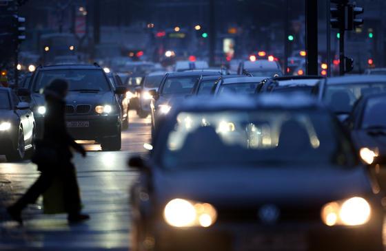 """Stau in der Innenstadt von Düsseldorf. Und jetzt noch einen Parkplatz suchen. Stress pur. Mit derApp """"Park and Joy"""" der Telekom soll sich das ändern. Sie zeigt den nächsten freien Stellplatz an. Zuvor müssen die Parkplätze aber mit Sensoren ausgestattet und digital vernetzt werden."""