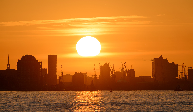 Sonnenaufgang über dem Hamburger Hafen: So beschaulich ist der Verkehr in der Innenstadt nicht. Doch die Hansestadt will zumindest die Parkplatzsuche smart machen.
