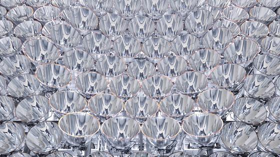 Synlight, die größte künstliche Sonne der Welt, besteht aus 149 Hochleistungsstrahlern, deren Herzstück je eine 7000 Watt Xenon-Kurzbogenlampe ist, wie man sie in Kinoprojektoren verwendet.