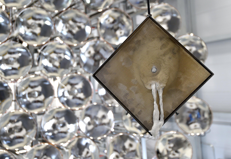 Eine Metallplatte mit einem eingebrannten Loch hängt vor den Xenon-Kurzbogenlampen im DLR-Solarzentrum in Jülich. Werden alle 149 Hochleistungsstrahler auf einen Punkt fokussiert, sind Temperaturen von 3000 Grad Celsius erreichbar.
