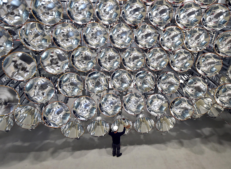 Der Forscher Volkmar Dohmen vor der größten künstlichen Sonne der Welt.