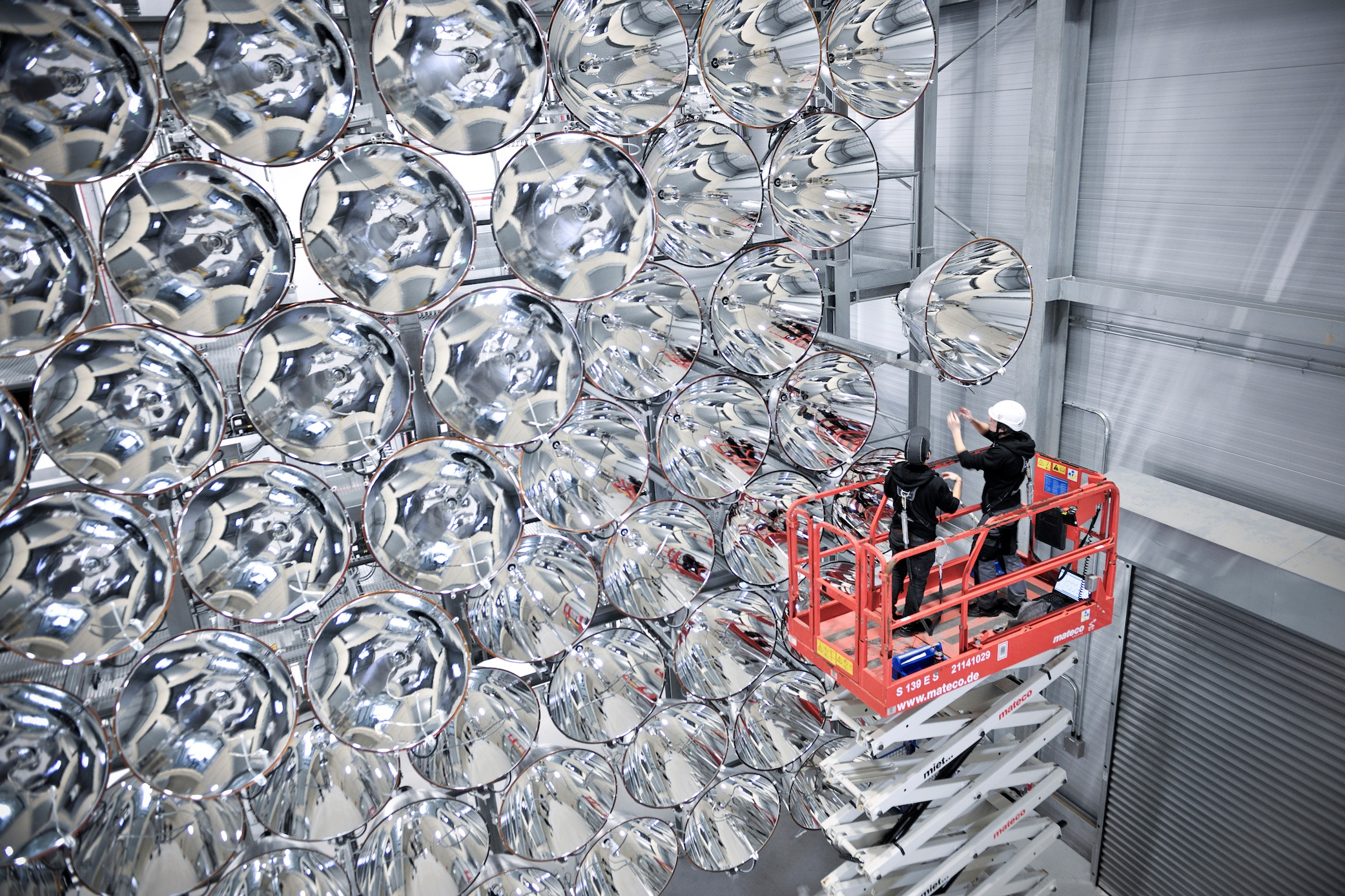 Mitarbeiter des DLR-Instituts für Solarforschung prüfen die 7000 Watt starken Xenon-Kurzbogenlampen in den Hochleistungsstrahlern.