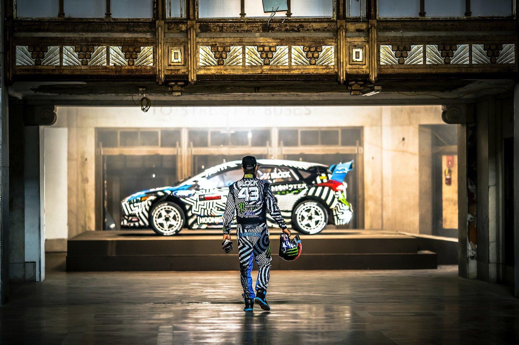 Vorsicht Virtuelle Realität: Hier spaziert Drifter Ken Block auf einen Ford zu. Aber nur in einem virtuellen Video. Ford experimentiert schon länger mit VR-Inhalten und hat eine entsprechende App entwickelt, mit der man Ken Block beim Driften oder einen Ford GT in Le Mans beobachten kann.