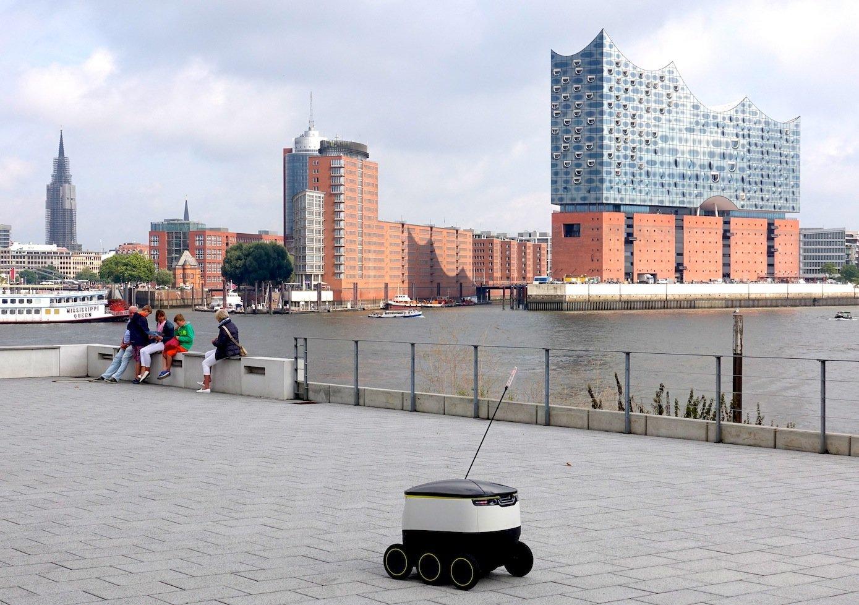 Testfahrt im Hamburger Hafen mit Blick auf die Elbphilharmonie: Lieferroboter der Pizza-KetteDomino's.
