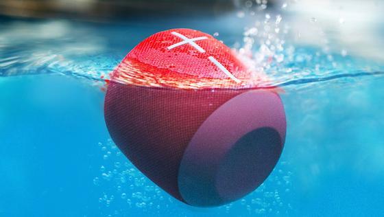 Nicht wasserscheu: Mit dem Bluetooth-Lautsprecher Wonderboom kann man baden gehen und dabei Musik hören.