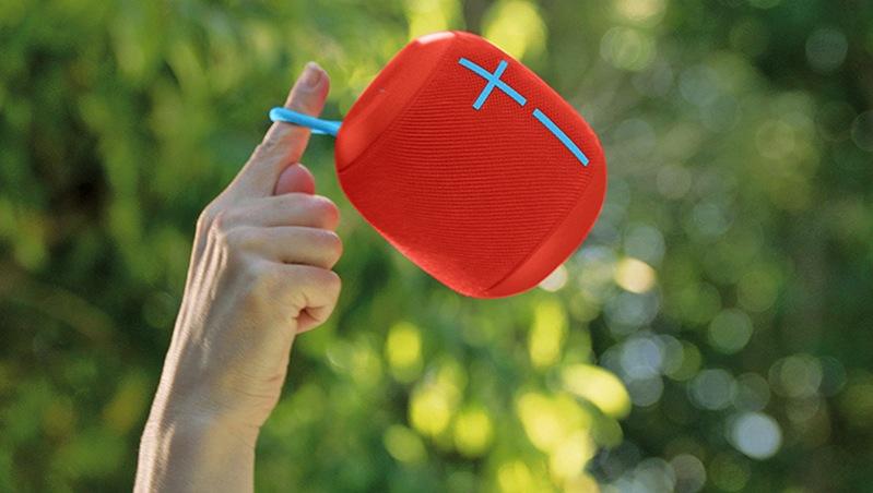 Wonderbloom hat eine kleine Trageschlaufe, so dass man den 427 g schweren Lautsprecher auch aufhängen kann.