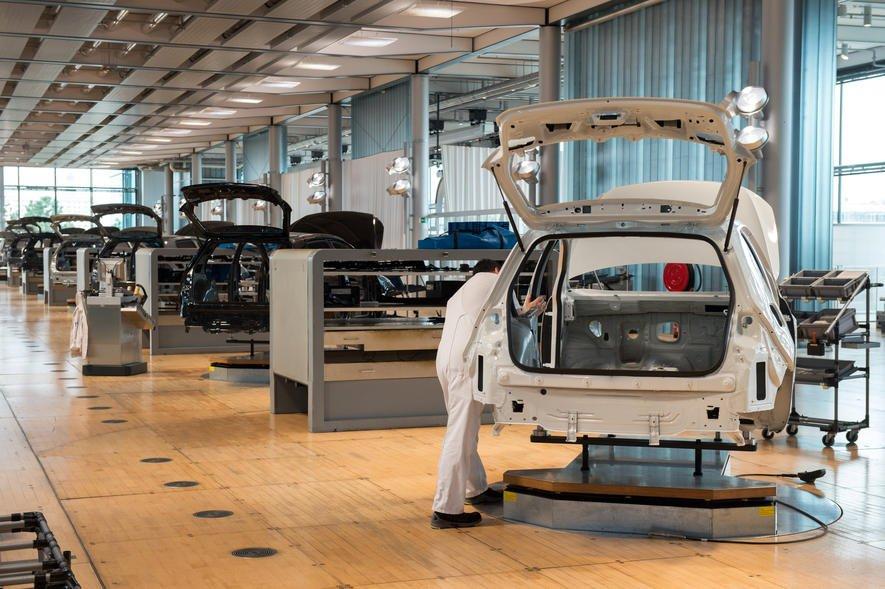 Der erste E-Golf aus der gläsernen Manufaktur in Dresden