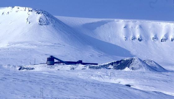 """In dieser stillgelegten Kohlengrube befindet sich das Arctic World Archive. 500 bis 1.000 Jahre lang können hier auf Filmrollen gespeicherte Daten sicher """"überleben""""."""