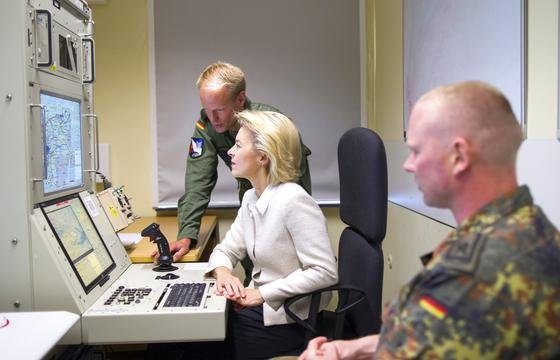 Bundesverteidigungsministerin Ursula von der Leyen an einem Computer der Bundeswehr: Die Ministerin will nun eine Cyber-Einheit mit 13.500 Soldaten aufbauen.