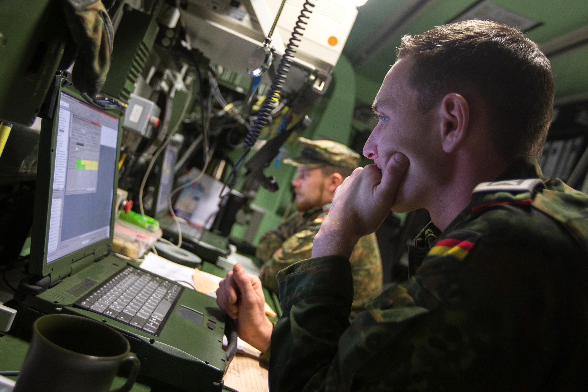"""Soldat an einem Bundeswehr-Laptop des Artilleriebataillons 131 aus Weiden: Bis 2021 soll das neue Kommando """"Cyber- und Informationsraum"""" (CIR) der Bundeswehr mit Sitz in Bonn voll einsatzfähig sein und über 13.500 Online-Soldaten verfügen."""