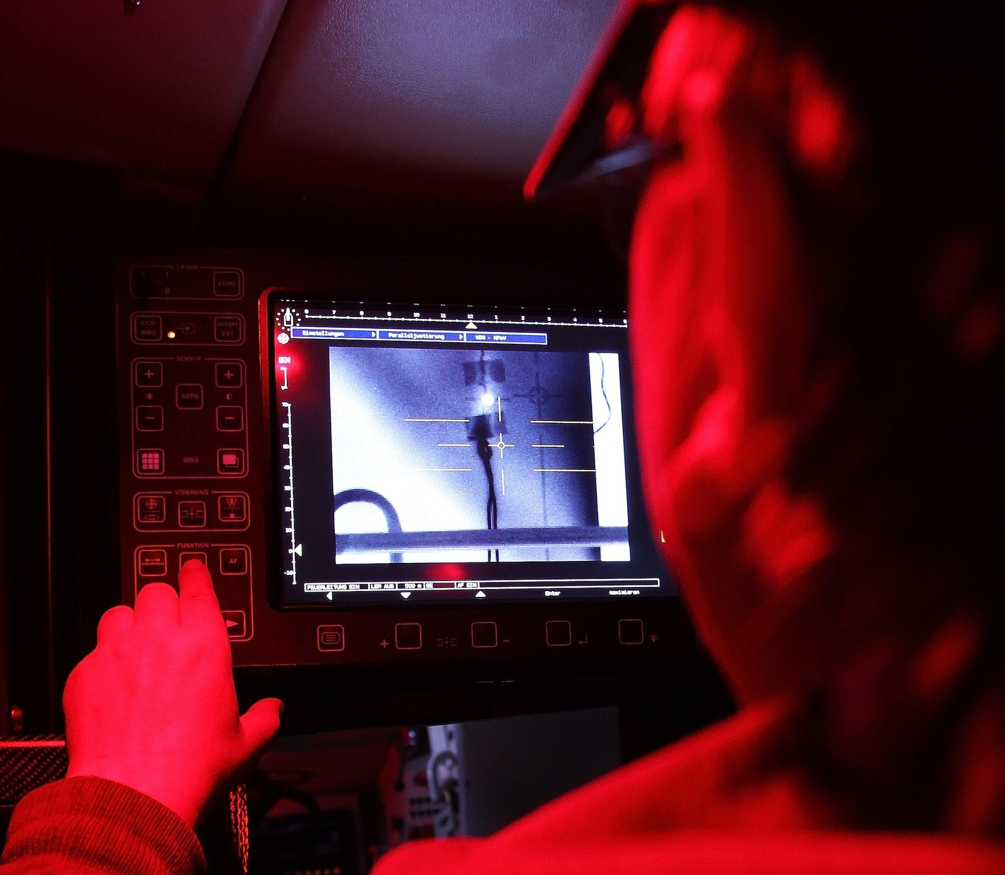 Computeranlage in einem gepanzerten Transportfahrzeug der Bundeswehr: Die neue IT-Armee soll bei einem Auslandseinsatz auch in der Lage sein, das Internet zu überwachen und die Kommunikationskanäle des Gegners zu stören.