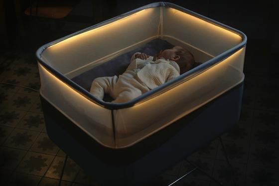 Dieses Kinderbett macht Motorengeräusche und schaukelt wie ein Auto