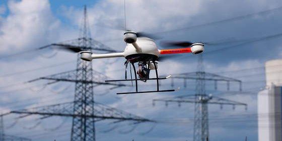 Eine Drohne von Microdrones auf dem Weg zu ihrem Einsatz: der Inspektion eines Stromnetzes.