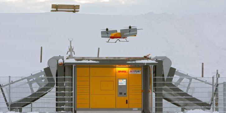 Der Paketkopter von DHL landet auf einer Packstation mit Skyport