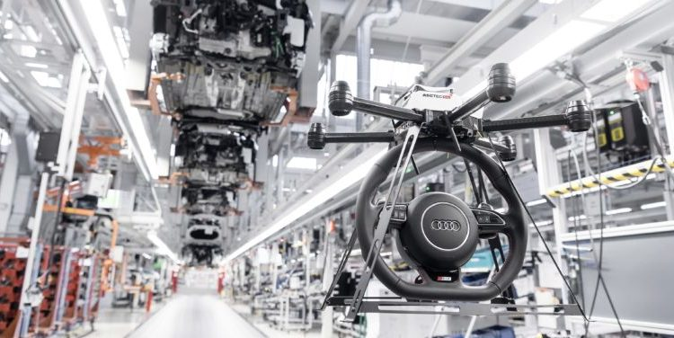 Eine Drohne liefert Bauteile im Audi-Werk Ingolstadt