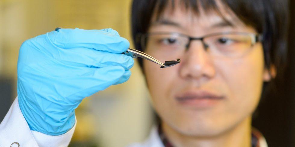 Die dünne Supraleiter-Folie macht neue Nano-Beschichtungen etwa für den Weltraum oder die Medizin möglich. Doktorand XianLin Zeng aus dem Team von Uwe Hartmann hat die Folie mitentwickelt.