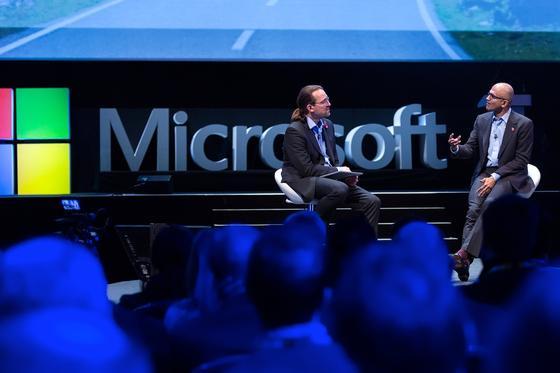 Microsoft-CEOSatya Nadella (r.) im Gespräch mit Microsofts Chefvisionär Dave Coplin: In Europas Städten und Behörden ist Microsofts Software so beherrschend, das internationale Experten Alarm schlagen. Europa werde zu einer Software-Kolonie.