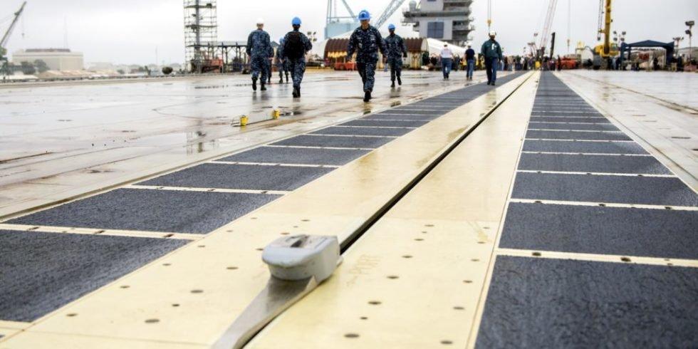 Der größte und teuerste Flugzeugträger der Welt auf Testfahrt