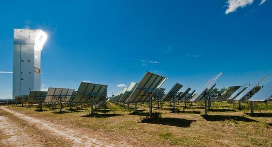 2153 bewegliche Spiegel lenken im DLR-Forschungszentrum Jülich in Nordrhein-Westfalen Sonnenstrahlen auf die Spitze des 60 m hohen Solarturms. Dort entstehen Temperaturen von 900 °C. In anderen Anlagen sind die Temperaturen noch höhen. Jetzt bauen die Forscher eine Schwefelanlage, um die Energie des Tages zu nutzen, um auch nachts Solarstrom zu produzieren.