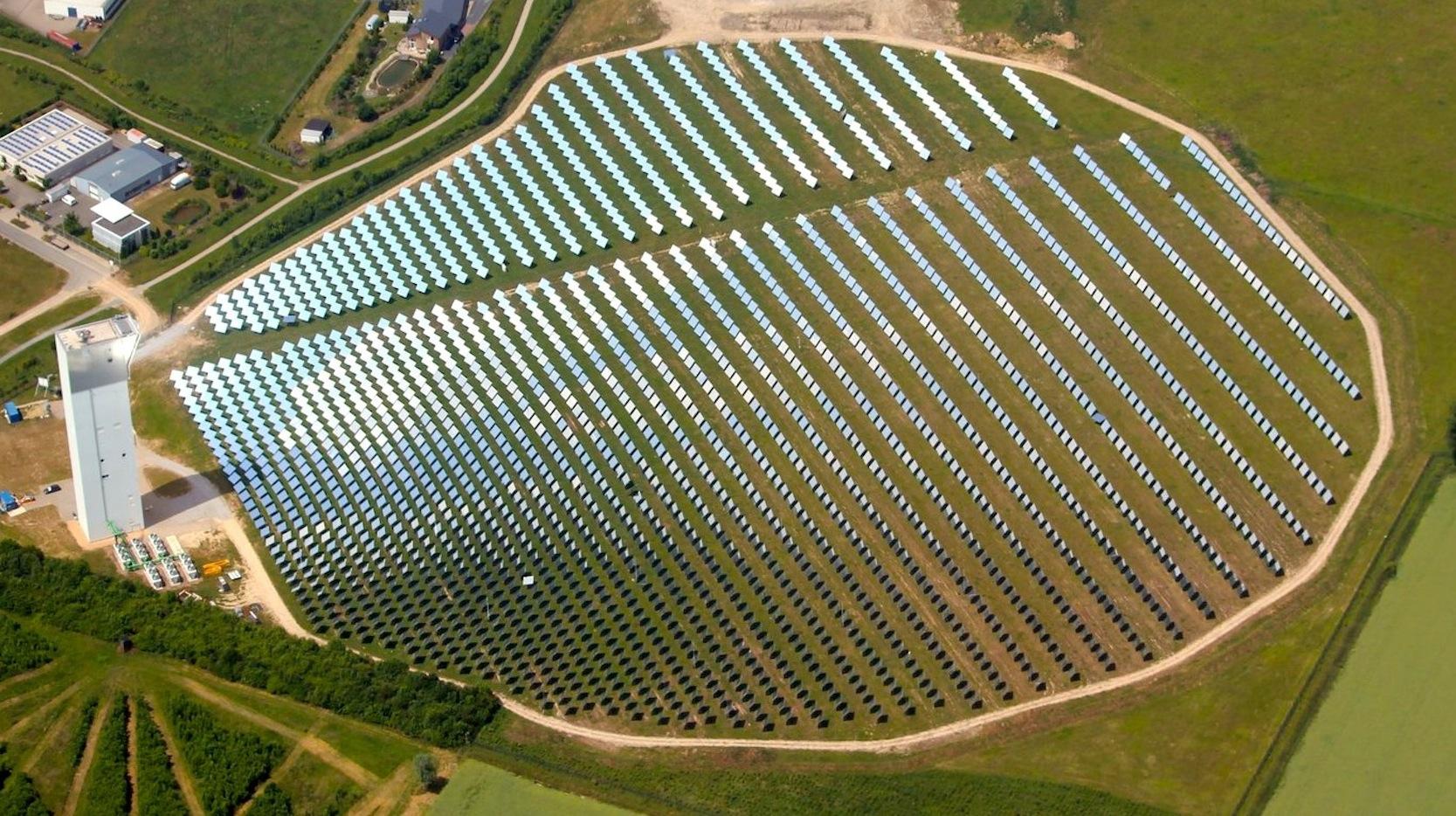 Blick aus der Luft auf die2.153 beweglichen Spiegel des Solarturmkraftwerkes in Jülich.