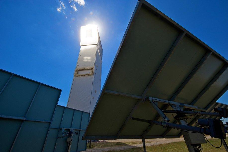 Durch die Bündelung des Lichtes in Solarturmkraftwerken entstehen enorme Temperaturen von bis zu 1.400 °C. Gelingt es, diese Energie auch in einem Schwefelsäure-Kreislauf zu speichern, könnte man die Stromproduktion auch in der Nacht fortsetzen.
