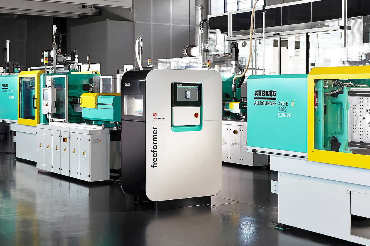 Maschinen wie der Freeformer von Arburg können in der Kombination von 3D-Druck und anderen Fertigungstechniken eingesetzt werden. Und so können sie sogar individuelle Kofferanhänger herstellen.