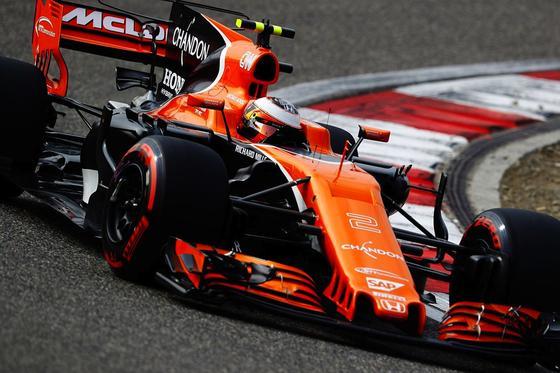 McLaren Honda wird beim Rennen in Bahrain erstmals Bauteile für seine Formel-1-Boliden im 3D-Druckverfahren direkt an der Rennstrecke herstellen. Das soll die Entwicklungszeit neuer Teile enorm verkürzen.