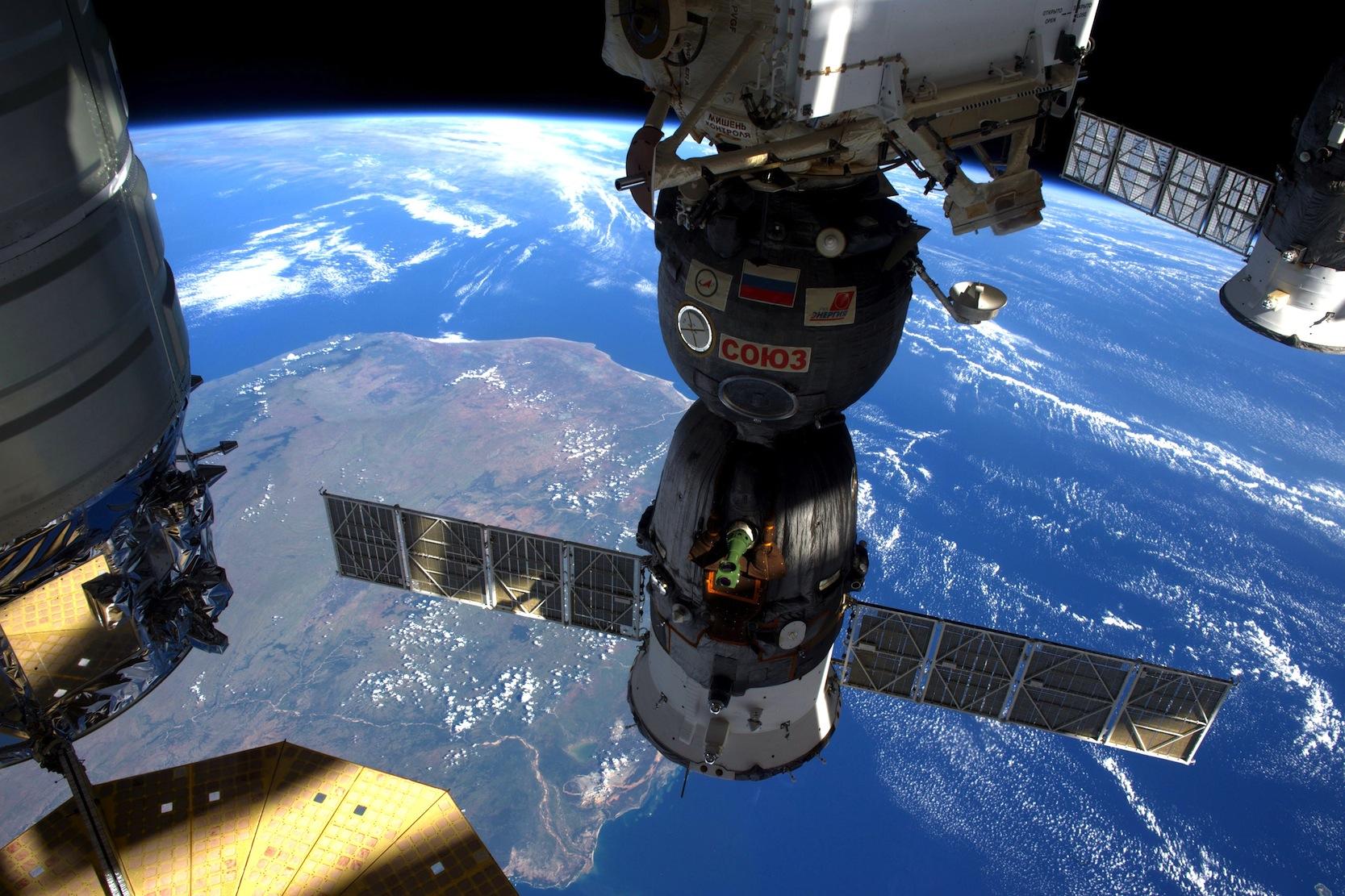 Auch die ISS fliegt in einer Umlaufbahn von 400 km zur Erde so niedrig, dass sie immer wieder Treibstoff einsetzen muss, um in der erdnahen Restatmosphäre auf Kurs zu bleiben.