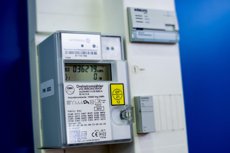 Intelligente Stromzähler – hier auf einer Ausstellung – sind in Privathaushalten die große Ausnahme. Deshalb können große Stromverbraucher wie Waschmaschinen auch nicht so gesteuert werden, dass sie ans Netz gehen, wenn Strom in großer Menge erzeugt wird.