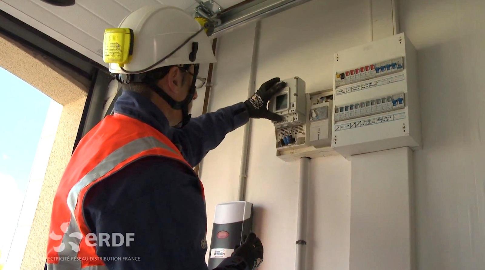 Montage eines intelligenten Stromzählers: Bis 2021 will Frankreich alle 35 Millionen Haushalte mit Smart Metern ausgestattet haben. Die Kosten belaufen sich auf rund fünf Milliarden Euro. Ziel ist es, Verbrauchsspitzen im Stromnetz zu vermeiden.