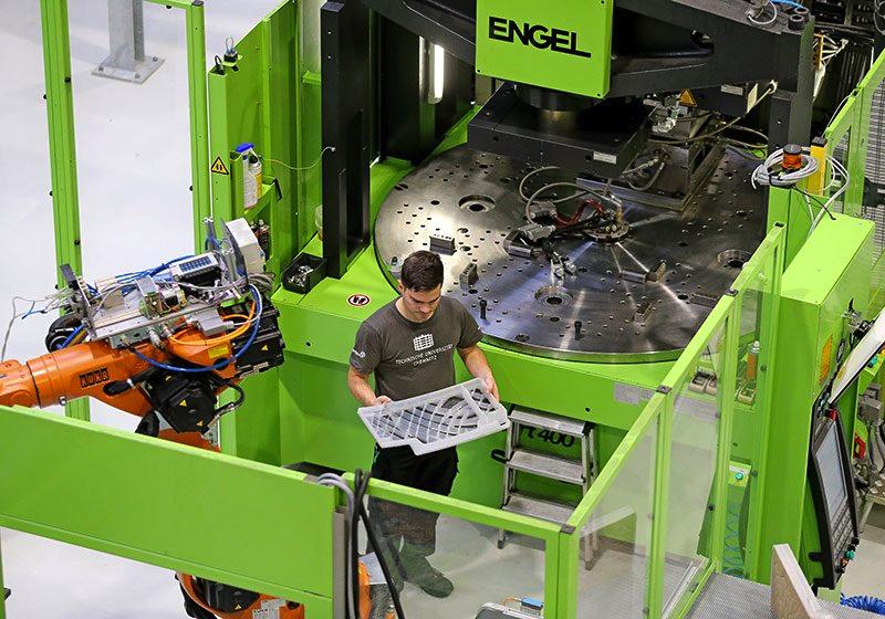Techniker René Morgenstern prüft die Struktur der neuen Durchlade: Dank Hochleistungskunststoffen und thermoplastischen Faserverbundhalbzeugen haben Forscher der TU Chemnitz das Gewicht des Bauteils um 30 % reduziert.