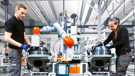 Schon heute arbeiten Menschen und Roboter eng zusammen. Dabei gibt es zwischen den Arbeitsbereichen keine Grenzen mehr oder gar Schutzzäune.