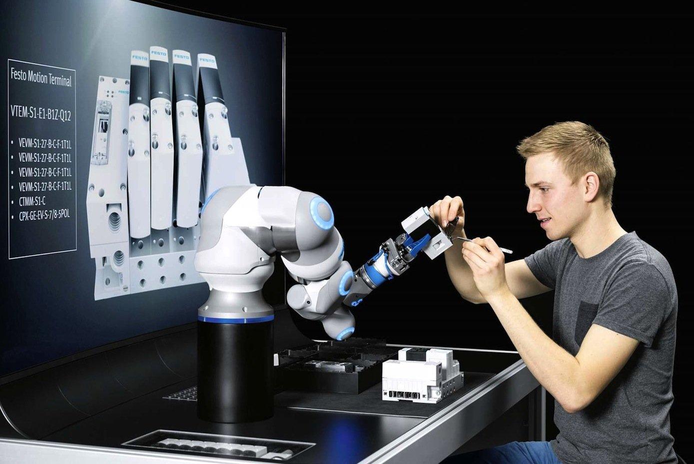 Danke fürs Halten: Mensch und Roboter arbeiten künftig immer enger zusammen.